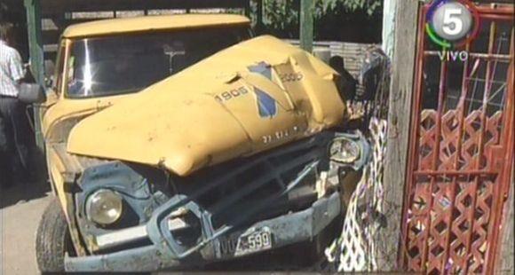 Sólo un gran susto: una camioneta fue arrollada por un tren y terminó dentro de una casa