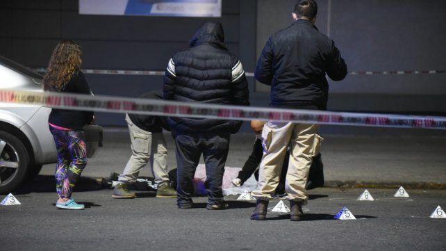 Atacaron a un joven en su auto y lo acribillaron a balazos cuando intentaba huir a pie