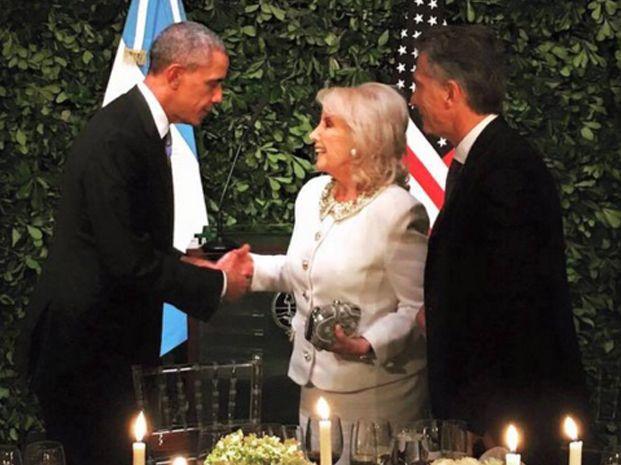 Mauricio Macri acompañó a Mirtha Legrand a saludar a Obama.