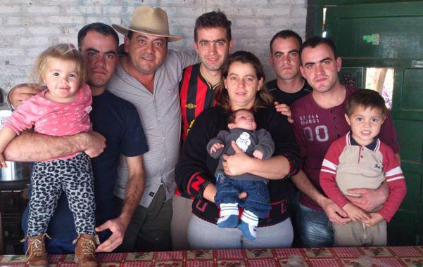 En familia. Los hermanos rodeados por los chicos y el padre