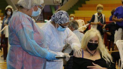 Susana Giménez, al momento de recibir la vacuna en Uruguay.