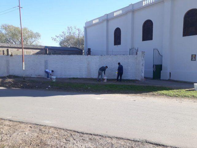 En dos sábados seguidos, los pibes pintaron los laterales del templo.
