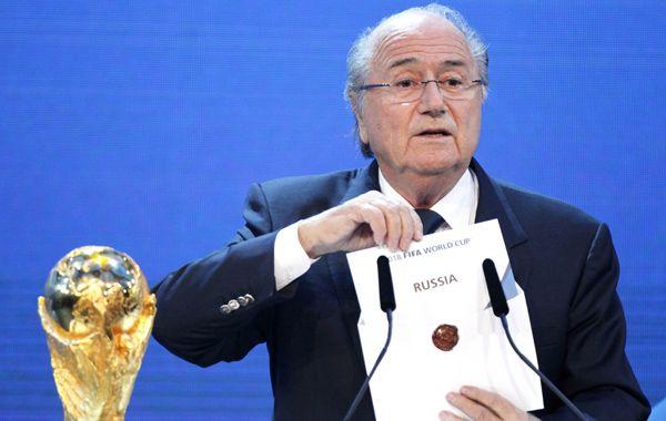 Joseph Blatter presentó su renuncia a la Fifa pero seguirá en el cargo hasta tanto no se elija su sucesor.