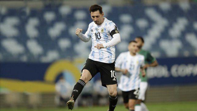 Lionel Messi celebra anotar el segundo gol de su equipo desde el punto penal durante un partido de fútbol de la Copa América contra Bolivia en el estadio Arena Pantanal de Cuiabá, Brasil, el lunes 28 de junio de 2021 Foto AP Photo / Bruna Prado.
