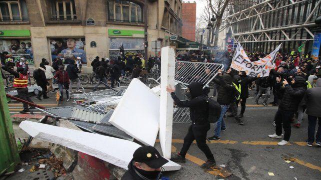 Encapuchados. Los chalecos y sus aliados levantaron barricadas.