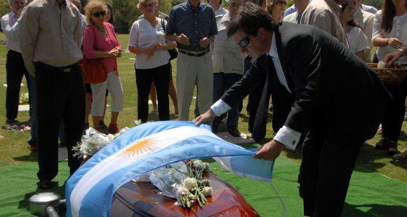 Bussi fue sepultado hoy, muy lejos de la tierra que lo vio ejercer el terror y gobernar