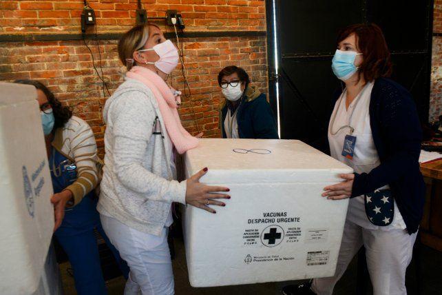 Los equipos en plena labor de entrega de las vacunas de AstraZéneca que deben salir a aplicar a 170 geriátricos.