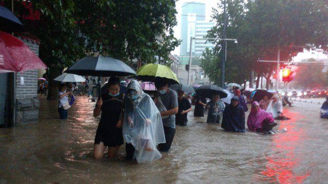 Ahora le tocó a China: doce muertos, cien mil evacuados e inundaciones por lluvias torrenciales