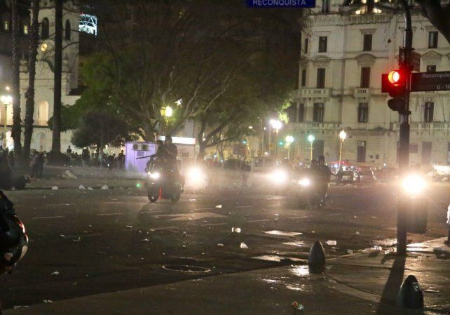 Así quedó la zona de Plaza de Mayo tras el enfrentamiento que dejó heridos y detenidos.