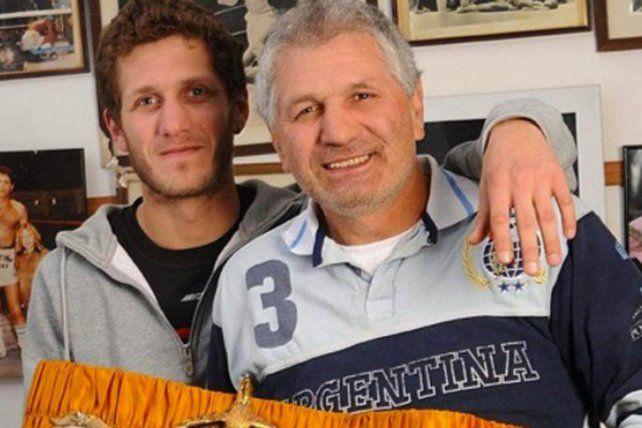 El excampeón del mundo de boxeo Juan Martín Látigo Coggi junto a su hijo Martín.