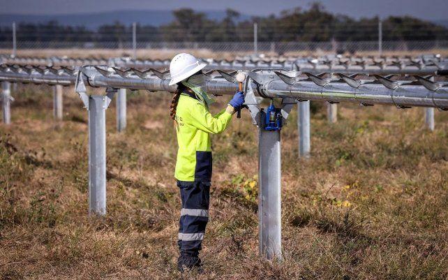 Un trabajador comprueba los marcos metálicos recién construidos para los módulos fotovoltaicos en una granja solar en las afueras de Gunnedah
