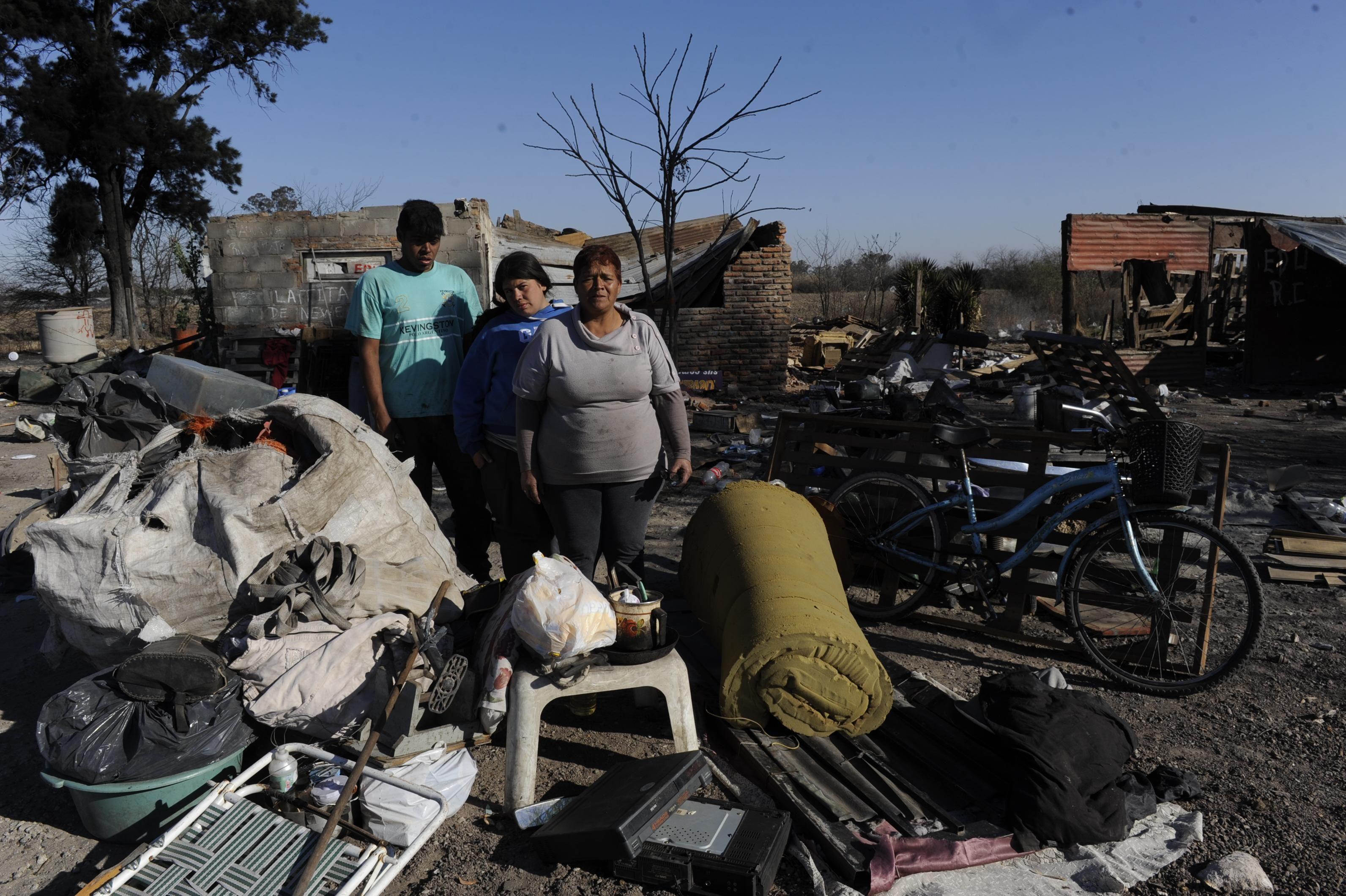 Sin casa. Luego de la destrucción a Sandra sólo le quedaron pocos enseres. (Foto. Sergio Toriggino)