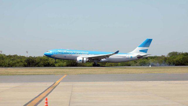 El avión de Aerolíneas Argentina toca esta mañana la pista de Ezeiza.