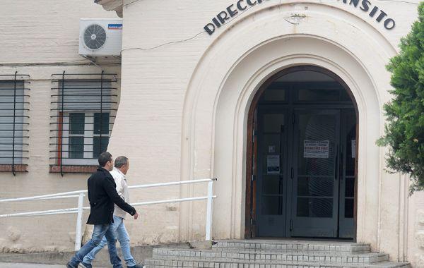 Matías Capozucca y su padre llegan esta tarde a la Dirección de Tránsito de la Municipalidad de Rosario. (Foto: Leonardo Vincenti).