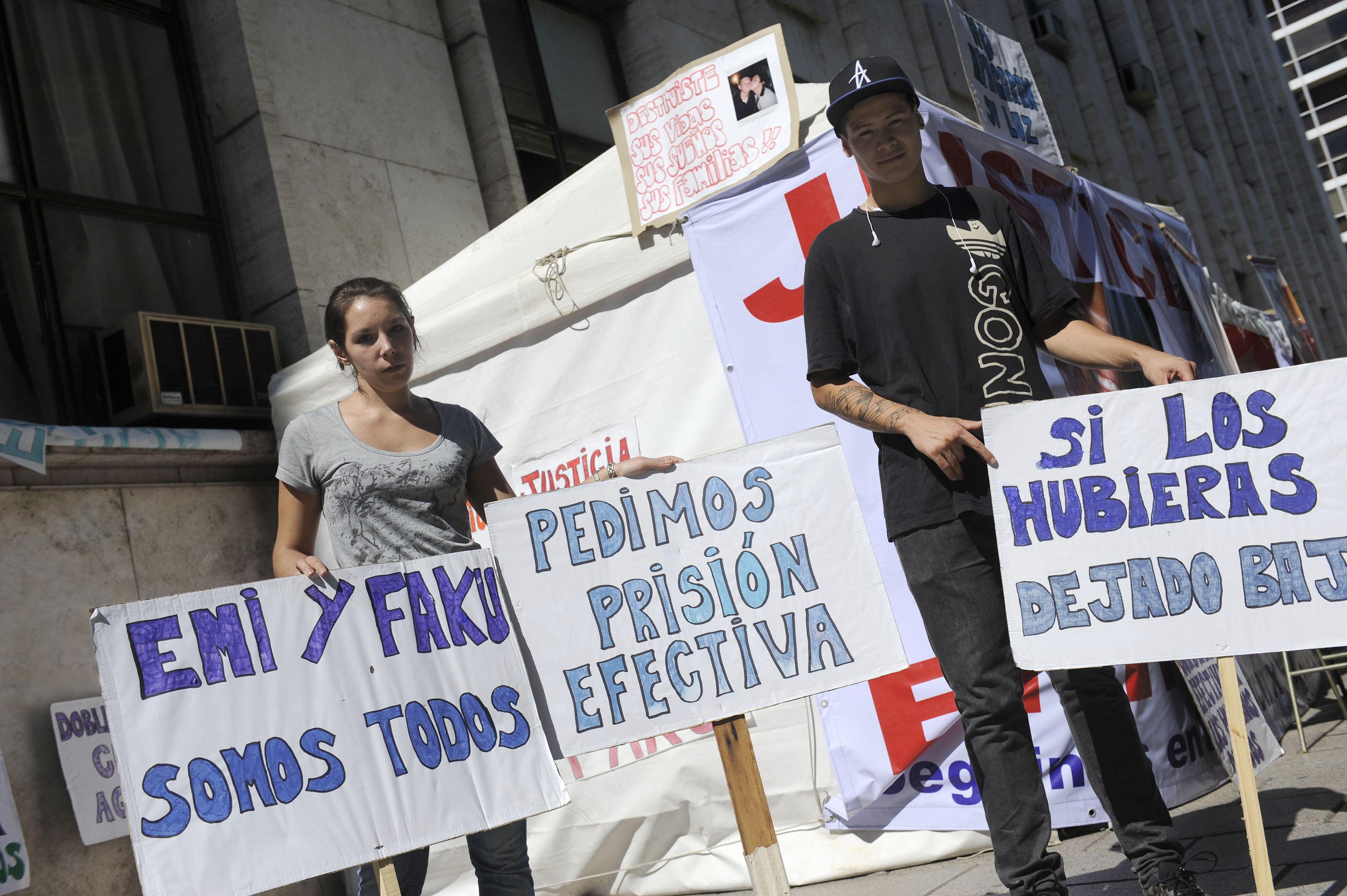 Amigos y familiares de Emiliano y Facundo se están manifestando en la puerta de Tribunales