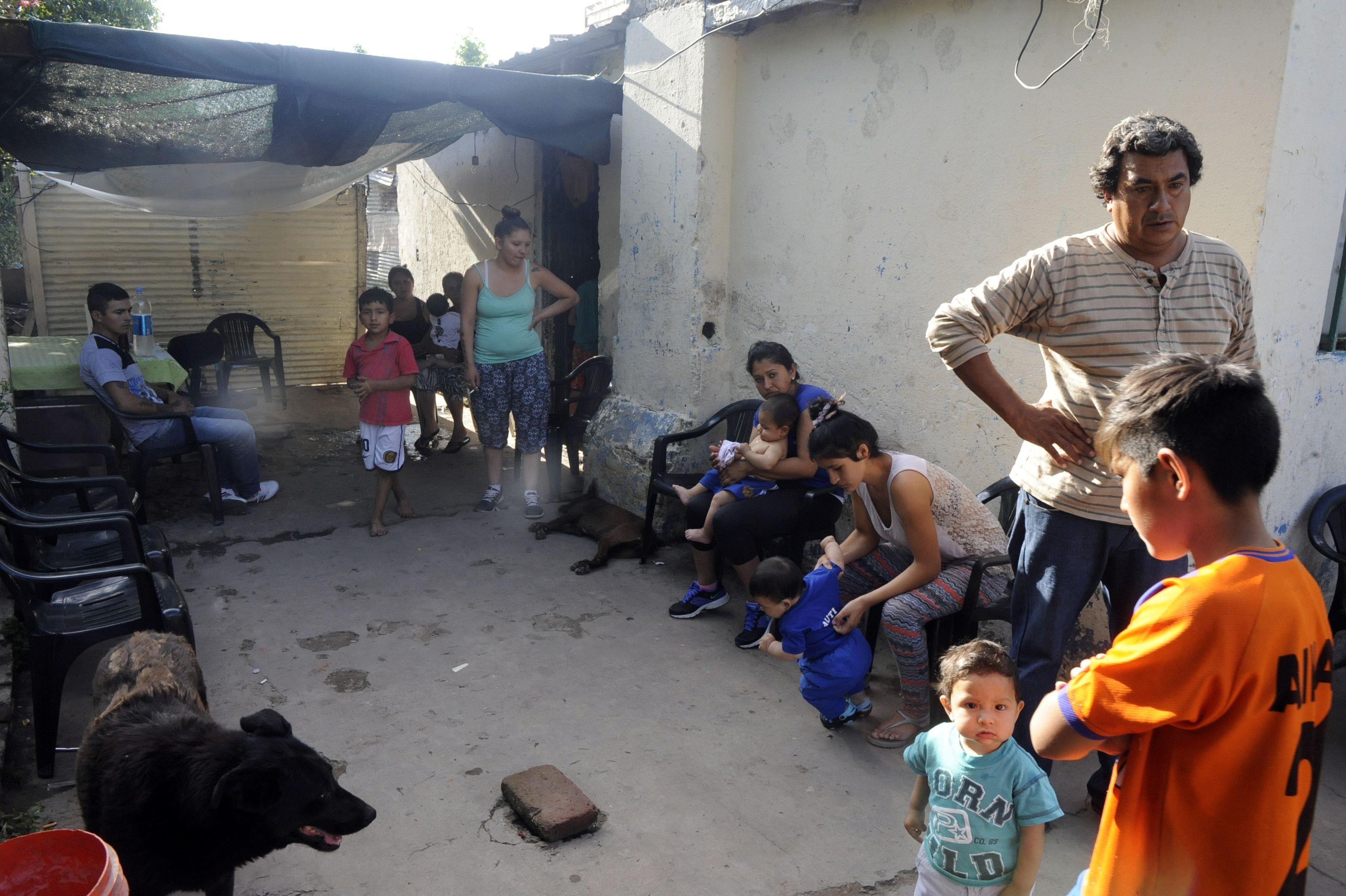 Los familiares y vecinos de Franco ayer a la tarde en la casa de García del Cossio 1229 bis