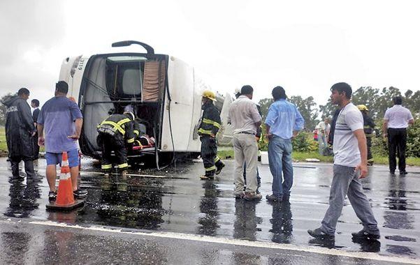 Vuelco. Los bomberos asistieron a los ocupantes del micro que despistó en el kilómetro 157 de la autopista.