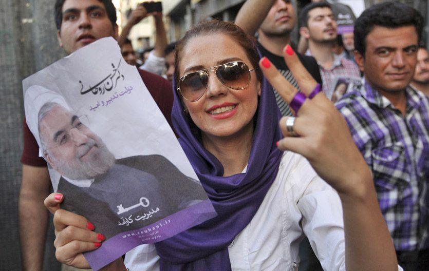Cambio de rumbo. Una iraní festeja el triunfo electoral de Hasan