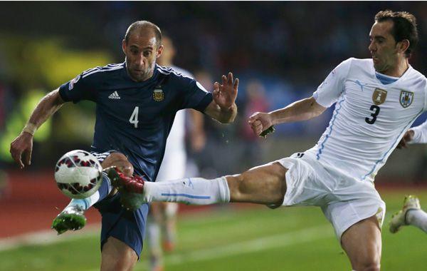 Zabaleta disputa el balón con Godín. El lateral de la selección disparó contra el futbolista chileno.