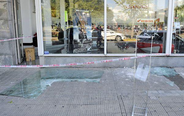 Destrozos. Ayer en Mitre y Paco rompieron la vidriera. La misma modalidad usada a mediados del mes pasado.