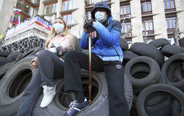 Barricada. Activistas prorrusos coparon el mayor edificio gubernamental en Donetsk. Anoche fueron expulsados.