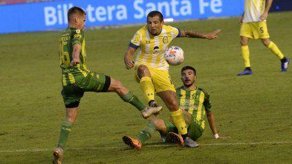 Vecchio va con todo a disputar la pelota con Indacoechea. El 10 de Central vivió un partido especial.