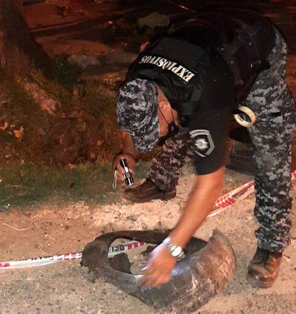 Personal policial examina el artefacto. Todo salió bien