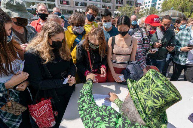 En EEUU, cervezas y marihuana gratis y otros incentivos para vacunarse