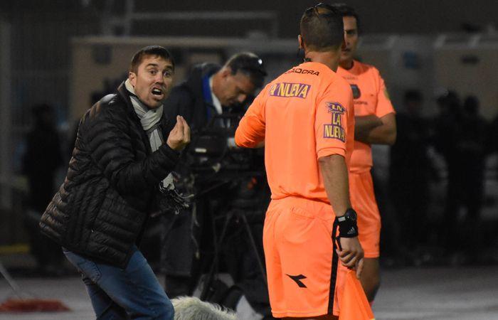 Qué cobró. Coudet le reclama al cuarto árbitro el gol que le anularon a Ruben en la final del miércoles.