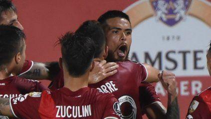 Zucculini y Borré abrazan a Paulo Díaz, luego de que el chileno marcara el empate sobre la hora ante Junior. Los tres dieron positivo de coronavirus.