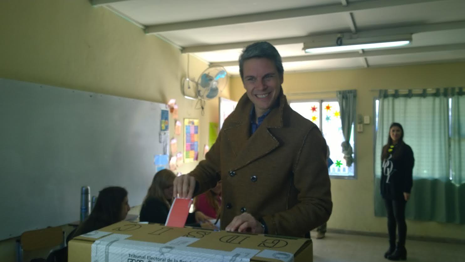 El candidato a la Intendencia por el Frente Renovador sufragó en la escuela Familia de Dios.