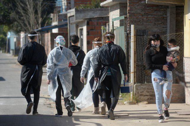 Los equipos sanitarios de los centros municipalesde Santa Teresita y Champagnat salieron a vacunar por barrio Albear añ sudoeste de la ciudad.