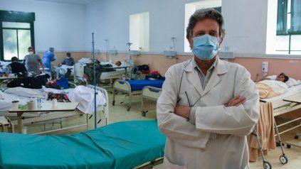 """CUADRO. """"De 100 contagiados, dos van a fallecer y tenemos 500 muertos por día. Es terrible"""", afirmó el médico."""
