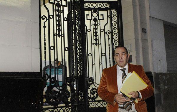 Abogado. José Abichaín al salir anoche de la fiscalía. Representa a Walter y Rodrigo Sosa