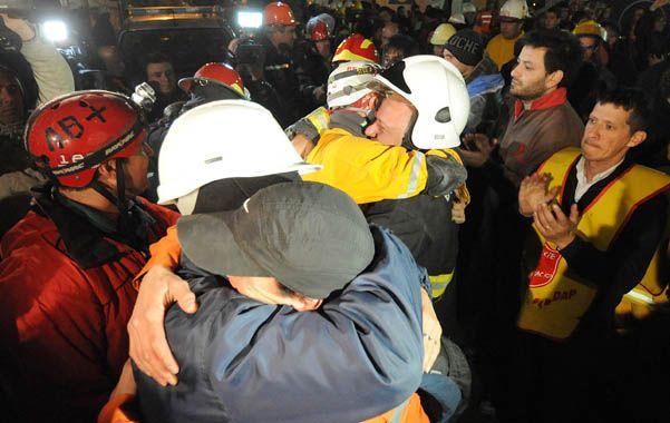 Misión cumplida. Abrazos y emoción en la despedida de los rescatistas.