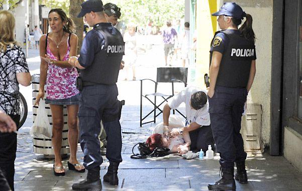 Córdoba y san martín. La mujer permaneció en el piso. (Foto: C. Mutti Lovera)