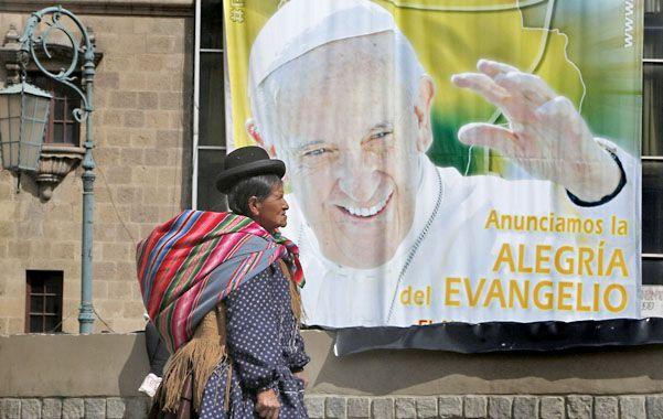 Vísperas. Una indígena aymara pasa ayer frente a un afiche del Francisco