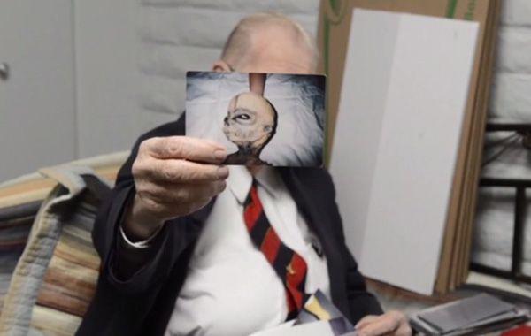 Boyd Bushman exhibe una fotografía donde se exhibe a un supuesto extraterrestre.