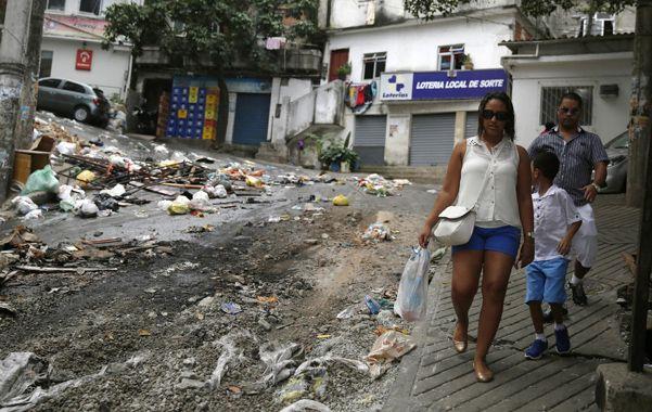 Tensa calma. Basura y destrucción en la barriada de Río tras los disturbios.