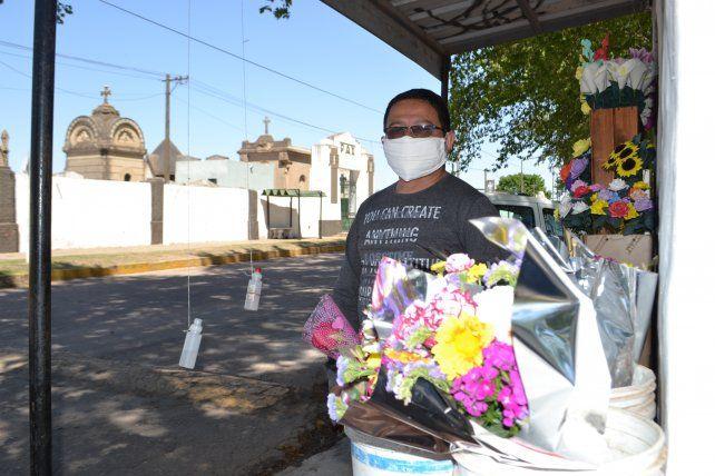 Alvarez hace siete años que vende flores en el cementerio venadense.