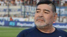 Diego Armando Maradona cumple 60 años, sentado en el banco de Gimnasia (LP).