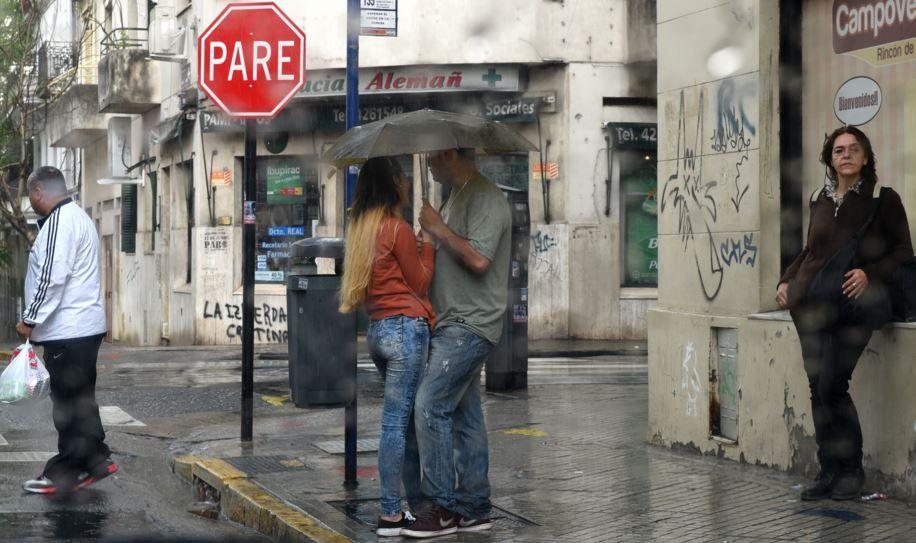Es recomendable refugiarse bajo el paraguas y mucho mejor andar acompañado. (Foto: M. Bustamante)