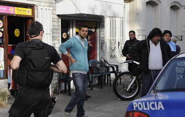 Desahuciados. Franco Morgans (manos en la cintura) y Guillermo Muñoz (cabizbajo)