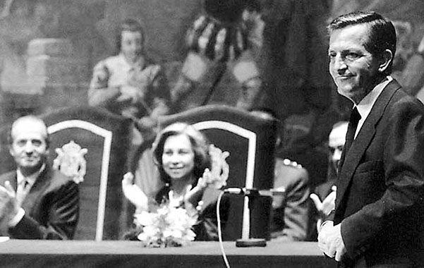 Aplausos. Suárez durante un homenaje ante los reyes. Con Juan Carlos I construyó la democracia española.