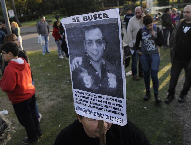 Reclamo de justicia. Familiares y amigos exigen respuestas por la muerte de Escobar.