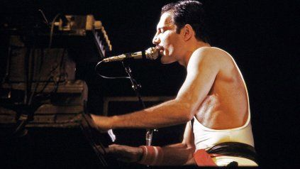 Freddie Mercury cautivó al público con su voz y su carisma. También se emocionó con la respuesta de la gente.
