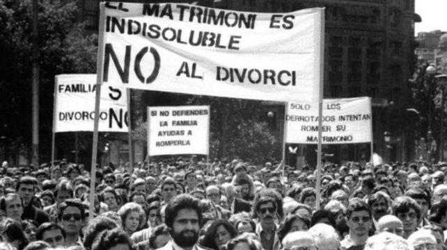 El 5 de julio de 1986 la jerarquía de la Iglesia Católica argentina convocó a la autodenominada Marcha de la familia en contra el proyecto de ley de divorcio vincular que impulsaba el gobierno de Alfonsín. Se hicieron actos en el Monumento a la Bandera