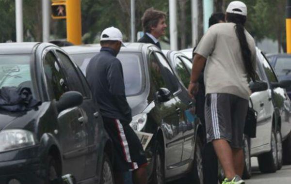 La iniciativa busca erradicar los abusos en las tarifas y correspondientes amenazas de los que cuidan autos.
