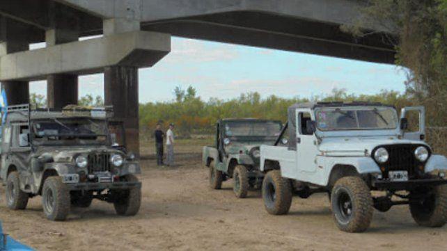Invasión todo terreno. La caravana de Jeeps descendió desde la traza vial para luego cruzar a lo largo de la zona de islas.