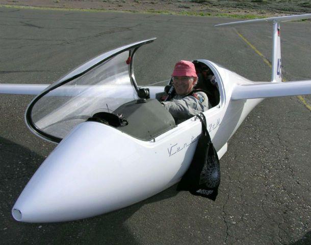 Figura. Diether Memmert en su avión poco antes de emprender una travesía.